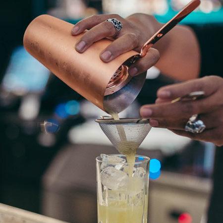 7 signes que votre barman à Lyon sait vraiment ce qu'il fait